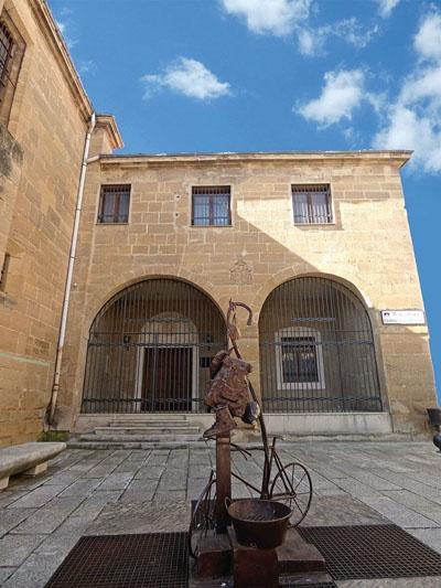 Santo Domingo de la Calzada - Escultura al peregrino frente a la Abadía Cisterciense